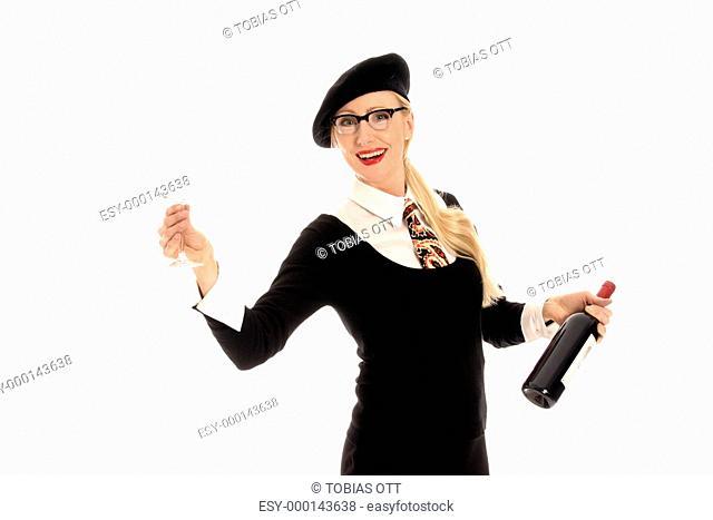 Junge, blonde Frau hält Weinflasche