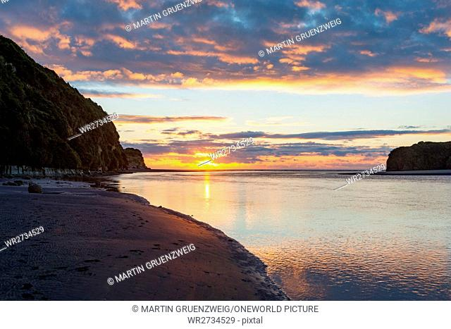 New Zealand, Taranaki, Tongaporutu, sunset at the sea