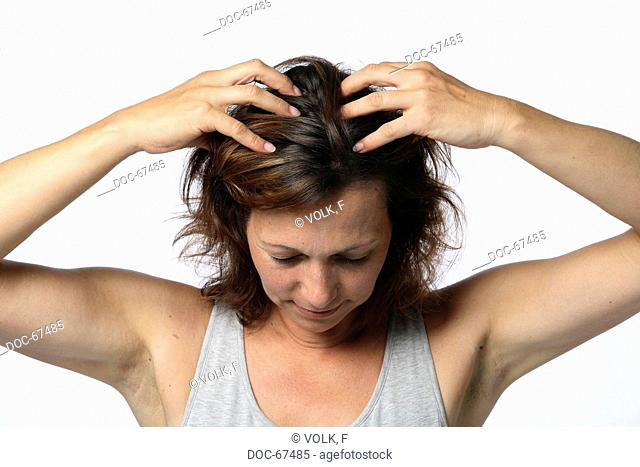 Chan Mi Qi Gong - woman is massageing her head - Leng Chong - massage fŸr the improvement of magnificent hair and to keep a level head - fŸr a clear head