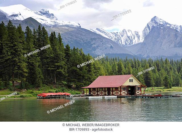 Historic boathouse on the shore of Maligne Lake, in the back Samson Peak and Mount Paul, Maligne Valley, Jasper National Park, Alberta, Canada