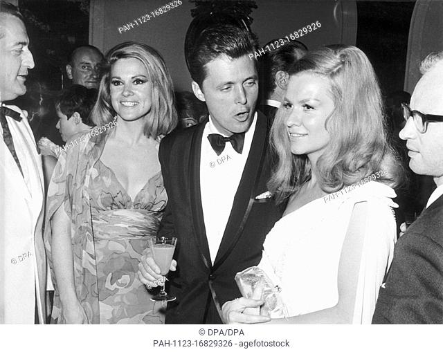 US actor Ed Byrnes (M), his wife (l) and actress Ingrd van Bergen at the opening ceremony of the XVI Berlinale on 24 June 1966 in Berlin