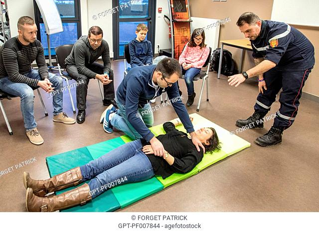 PUTTING INTO RECOVERY POSITION, INTRODUCTION TO FIRST AID FOR CIVILIANS (ADULTS AND CHILDREN) WITH SERGEANT MAXIME PERNET FROM THE EMERGENCY SERVICES
