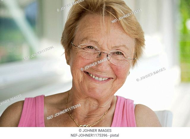 Portrait of smiling senior woman wearing glasses