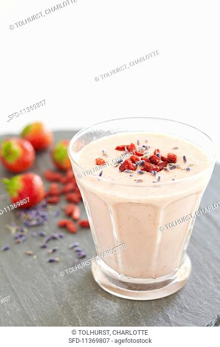 Strawberry-yoghurt smoothie with lavender and goji berries