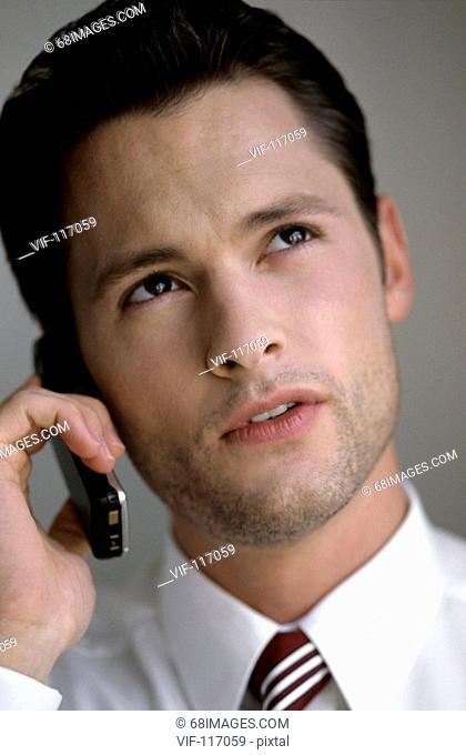 Besprechung im B³ro - Besprechung am Telefon - Junger Mann telefoniert - Hamburg, GERMANY, 01/01/2005