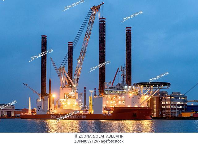 Errichterschiff Bold Tern wird beladen. Jack up vessel Bold Tern in charge