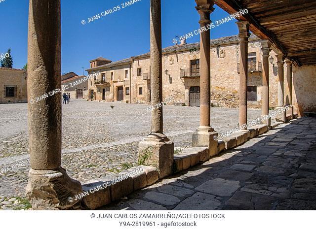 Plaza Mayor at Pedraza, visitors, palaces, XVI and XVIIth centuries, Segovia, Castilla y Leon, Spain