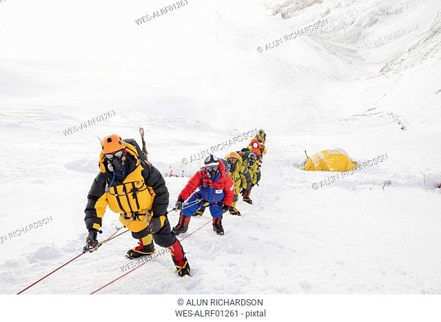 Nepal, Solo Khumbu, Everest, Sagamartha National Park, Roped team ascending, wearing oxigen masks