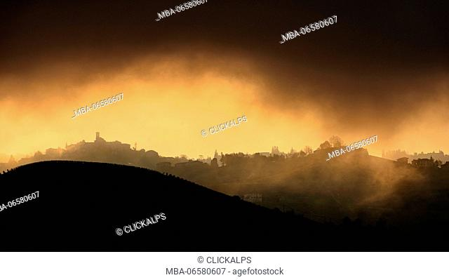 Italy, Piedmont, Cuneo District, Langhe - light in the clouds