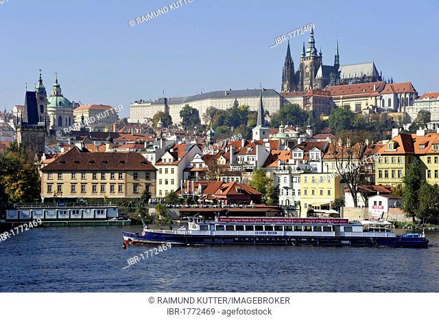 Gothic St. Vitus Cathedral, Prague Castle, Hradcany, Vitava River, Prague, Bohemia, Czech Republic, Europe