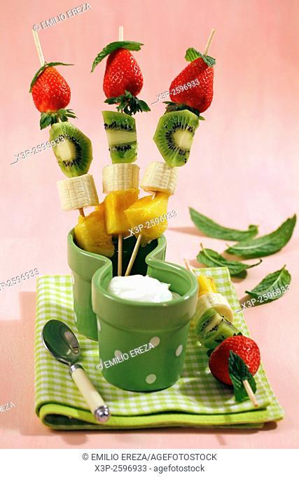 Fruit skewers with yogurt