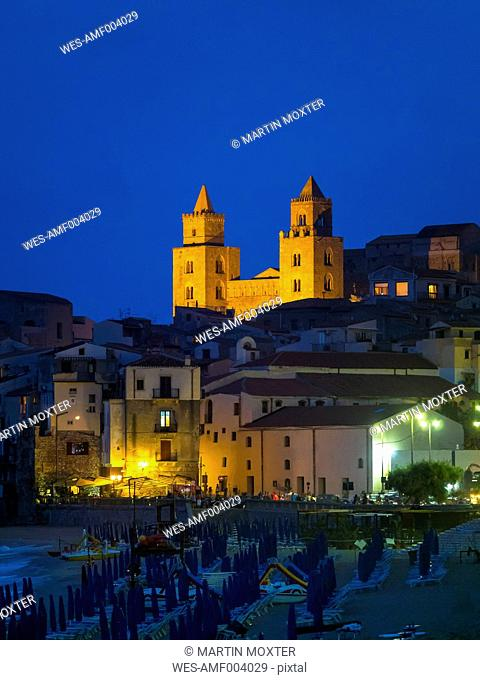 Italy, Sicily, Cefalu, view of Cefalu with Cefalu Cathedral at night