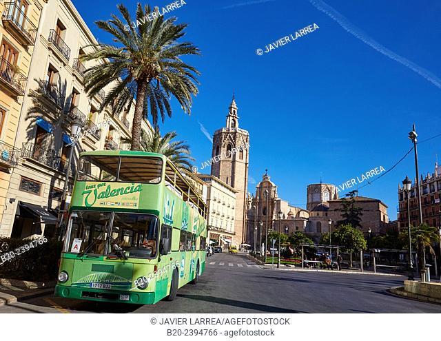 Tourist bus. «Micalet« belfry and cathedral. Plaza de la Reina. Valencia. Comunidad Valenciana. Spain