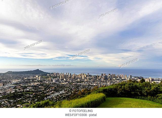 USA, Hawaii, Oahu, Puu Ualakaa State Park, View from Tantalus Lookout to Honolulu and Diamond Head