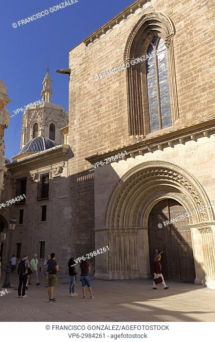 Tourists in the back of the Cathedral-Basilica of the Metropolitan Church of the Assumption of Our Lady of Valencia