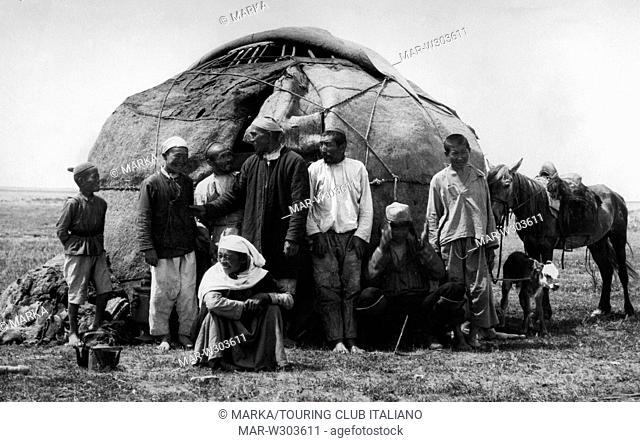 tenda di legno e coperte di feltro di nomadi kirghisi, 1920-30 // wooden tent and felt blankets of Kyrgyz nomads, 1920-30