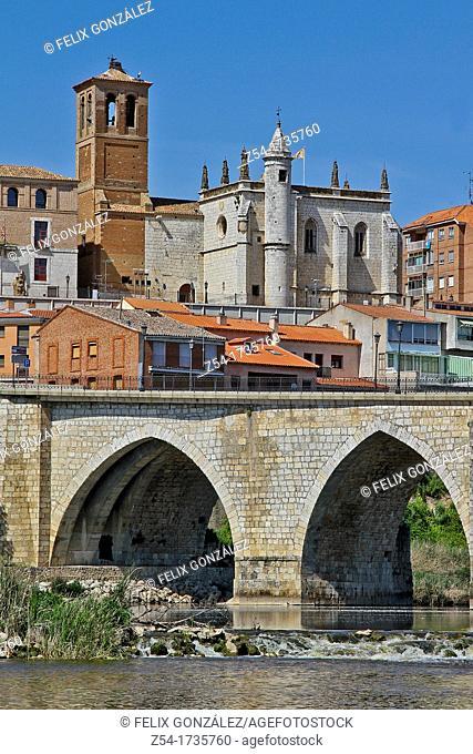 Bridge over Douro river and Palacio del Tratado, Tordesillas, Valladolid, Castilla-León, Spain