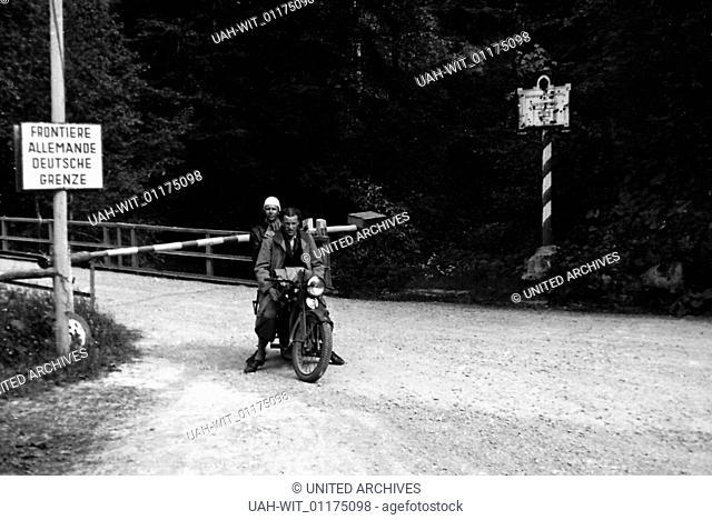 Zwei Männer auf dem Motorrad an der Grenze Deutschland Österreich