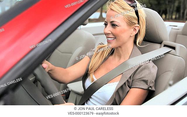 Eine Frau sitzt im Auto und fährt