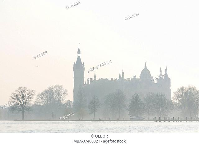 Germany, Mecklenburg-Vorpommern, Schwerin, view over the lake to the castle