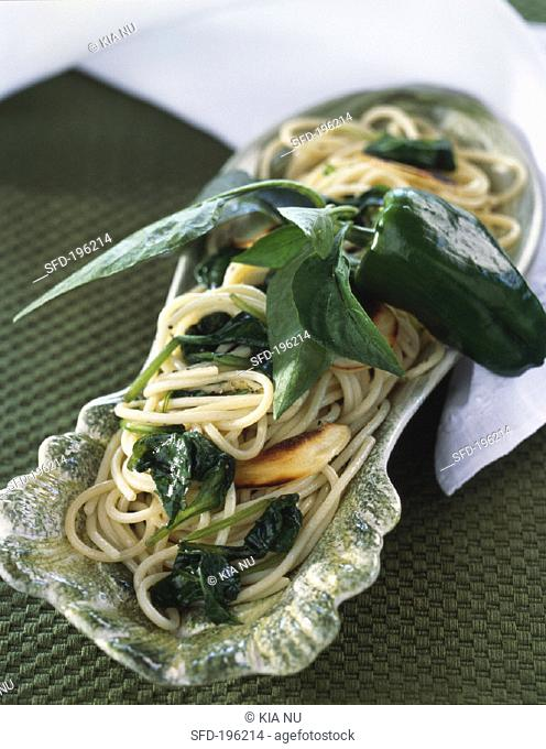 Spaghetti with spinach and roasted garlic cloves
