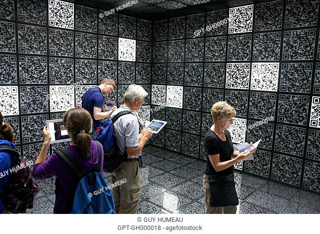 Reading qr code Stock Photos and Images | age fotostock
