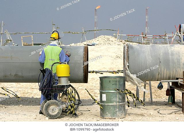 Worker on the construction site of Pearl GTL, Gas to Liquid, where the Shell company are constructing until 2010 the world-wide largest refinery for the...