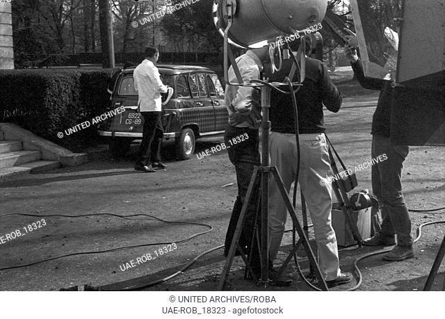 """Episode """"""""Begegnung in Paris"""""""" aus der NWF Krimiserie """"""""Polizeifunk ruft"""""""", Deutschland 1968, Regie: Paul Paviot, Hermann Leitner, Szene vom Drehtag"""