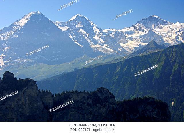 Bergpanorama der Schweizer Alpen mit den Gipfeln Eiger, Mönch und Jungfrau bei Grindelwald, Berner Oberland, Schweiz / Panorama view of the Swiss alps with...