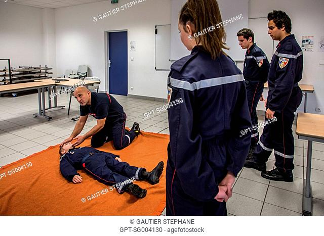 INSTRUCTOR LEADING A COURSE IN FIRST-AID FOR THE JSP (YOUNG FIREFIGHTERS), SAINT AMAND MONTROND, CHER (18), FRANCE